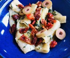 Makaron z suszonymi pomidorami i szpinakiem