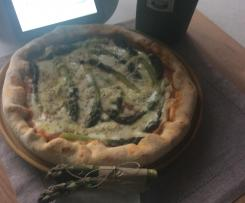 Pizza z szparagami na pijanym cieście