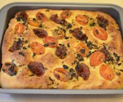 Focaccia z salami i pomidorkami daktylowymi