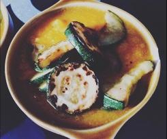 Zupa kalafiorowo-marchewkowa z porem i cebulą podawana z pieczoną cukinią
