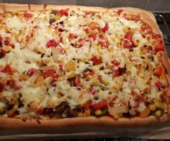 """Pizza wegetariańska z pieczarkami cebulą, papryką z użyciem kamienia do pizzy """"Paul"""""""