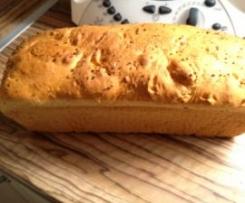 Chleb z serem i sokiem pomidorowym