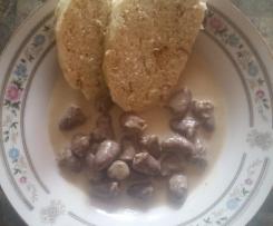 Serduszka drobiowe w sosie smietanowym z knedlikiem