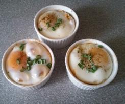 Jajka w kokilkach z szynką, pieczarkami i serem
