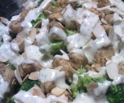 Sałatka brokułowa z kurczakiem w sosie czosnkowym