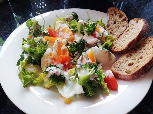 Salatka Z Brokulami I Jajkiem Z Dressingiem Jogurtowym Jest To