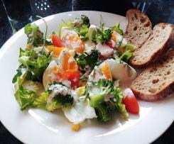 Sałatka z brokułami i jajkiem z dressingiem jogurtowym