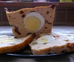 Lekka pieczeń rzymska z jajkiem i suszonymi pomidorami