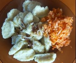 knedle (kluski z tartych ziemniaków) z białym serem