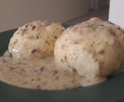 Pampuchy z sosem pieczarkowym