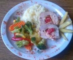 Kieszonki z piersi kurczaka faszerowane serem camembert, papryką i szynką