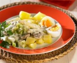 Jajka na twardo  w sosie musztardowym z warzywami i ziemniakami